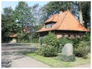 Es zeigt das alte Sptizenhaus in Bötersen mit einem kleinen Park im Vordergrund