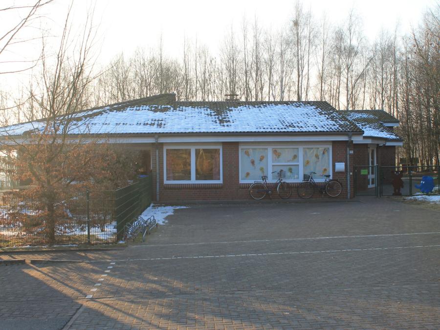 Der Eingang des Kindergartens von Bötersen im Winter. Auf dem Dach liegt Schnee.