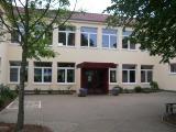 Der Eingang der Grundschule Bötersen, mit seinem Innenhof. Das Gebäude ist beige.