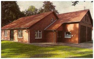 """Das frisch renovierte """"Höper Hus"""", welches als """"Dorfgemeinschaftshaus"""" genutzt werden kann. Es besteht aus roten Ziegel mit rotem Dach."""