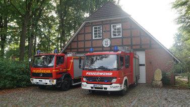 Zwei Feuerwehr Fahrzeuge vor dem neuen Spritzenhaus der freiwilligen Feuerwehr Bötersen