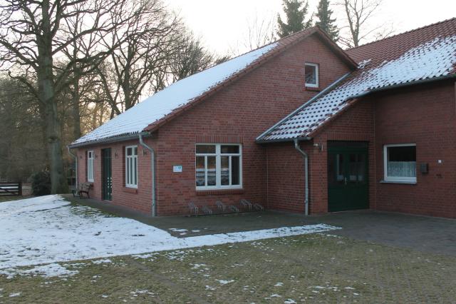 """Der Eingangsbereich des """"Höper Hus"""" im Winter. Es liegt noch etwas Schnee."""